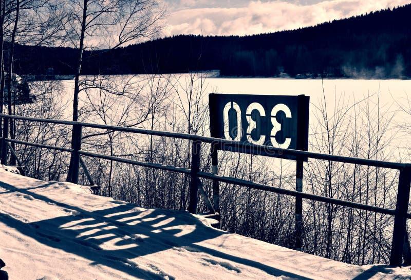 Jezioro, śnieg, słońce obraz stock
