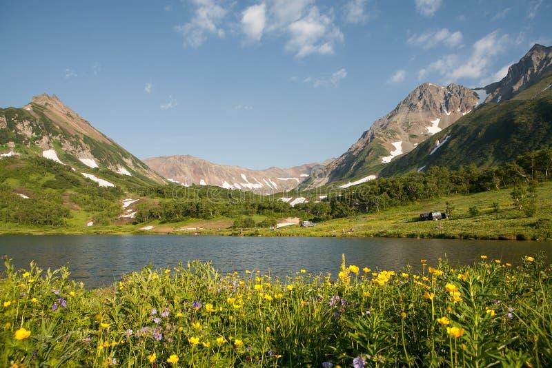 Jezioro blisko wulkanu zdjęcia stock
