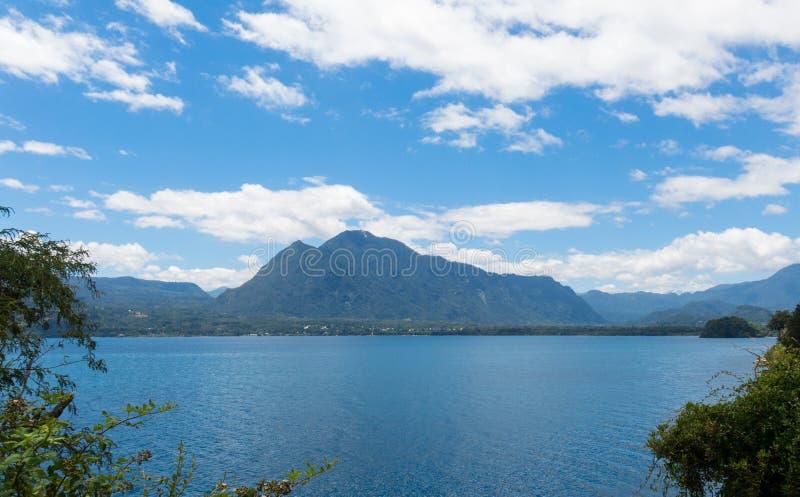Jezioro Calafquen, które przekracza granicę regionu La Araucania i Los Rios Patagonia Chile fotografia stock