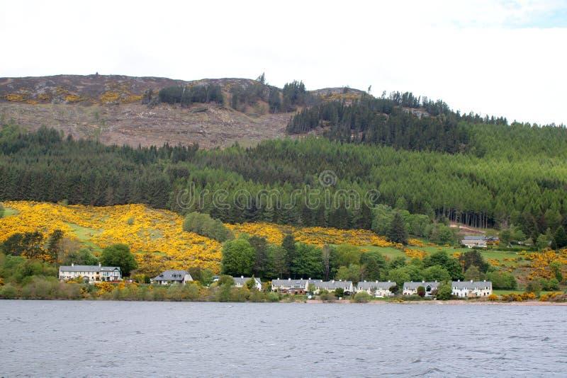 Jezioro, chałupy, las i góra, obrazy royalty free