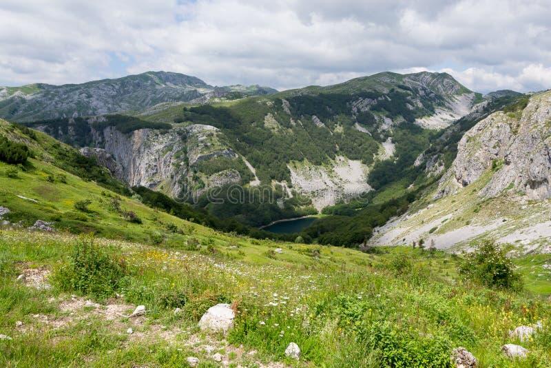 Jezioro chujący między wapień górami obraz royalty free