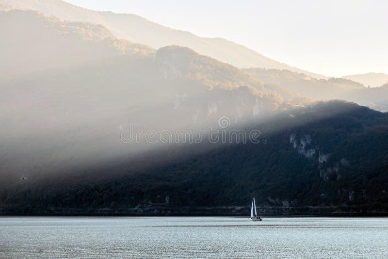 JEZIORO COMO, ITALY/EUROPE - PAŹDZIERNIK 29: Żeglować na Jeziornym Como Lecc zdjęcie stock