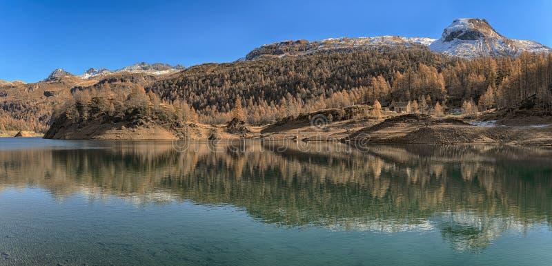 Jezioro Devero w jesień sezonie zdjęcie stock