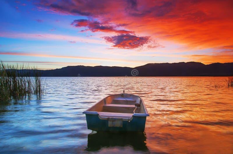 Jezioro i łódź obrazy stock