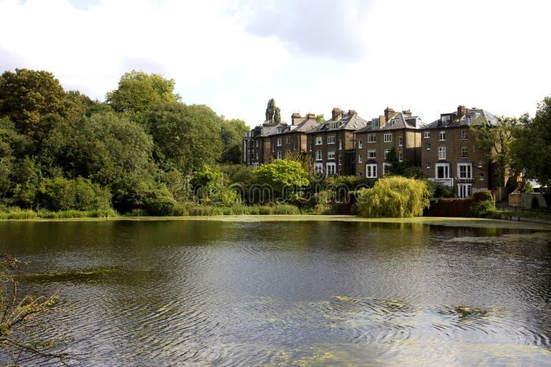 Jezioro i domy zdjęcie stock