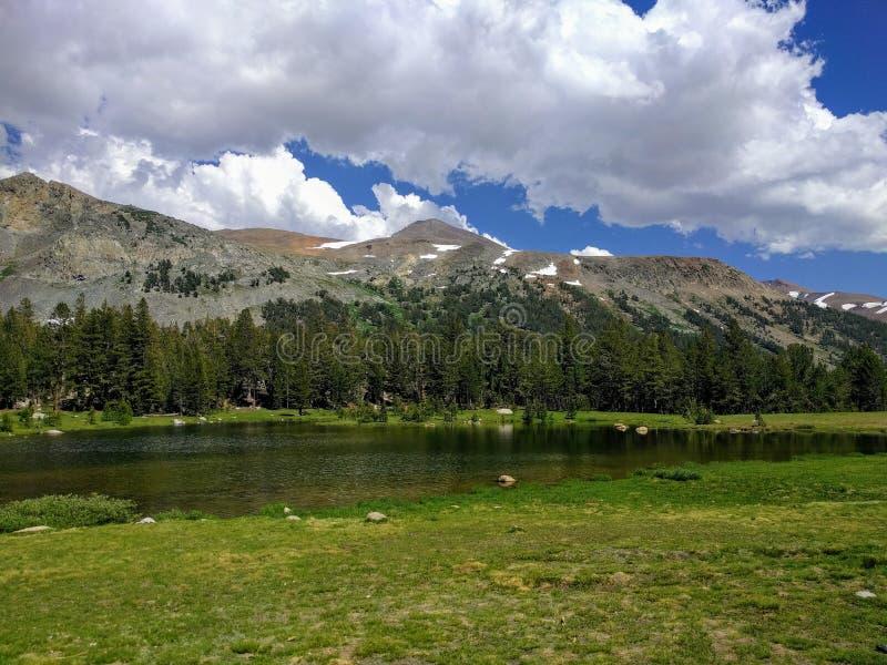 Jezioro i góra obrazy stock