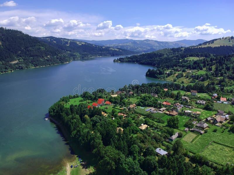 Jezioro i wioska widok z lotu ptaka obraz royalty free