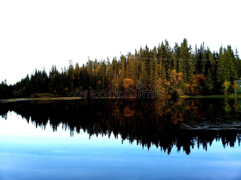Jezioro jasny jako szkło zdjęcia stock