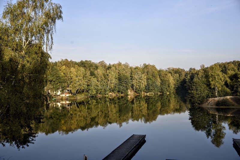Jezioro, krajobraz, most, obraz royalty free