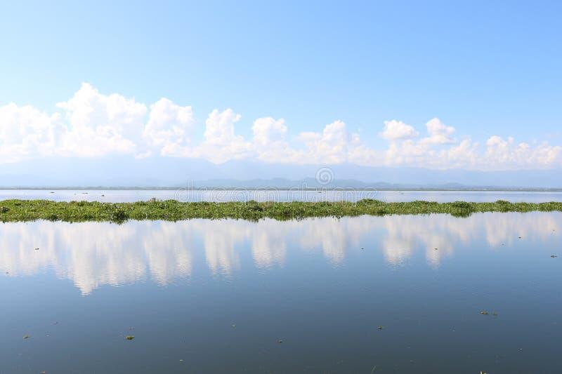 Jezioro krajobrazu chmury odbicie zdjęcie royalty free