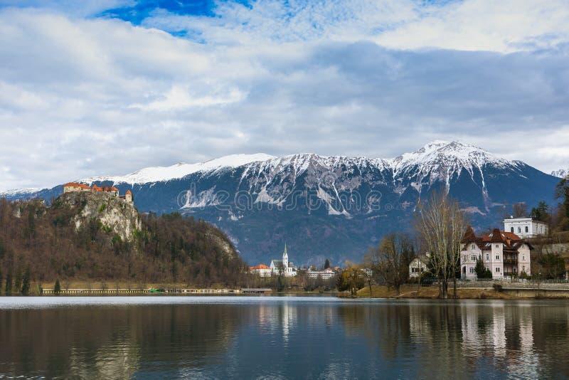 Jezioro Krwawiący kasztel i widok górski obraz royalty free