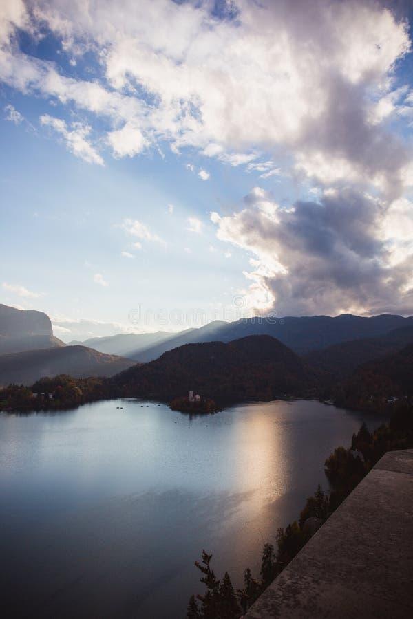 Jezioro Krwawił przy wschodem słońca w jesieni, wyspa w jeziorze lub zima zdjęcia royalty free