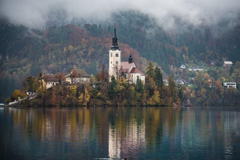 Jezioro Krwawił Slovenia w jesieni obraz stock