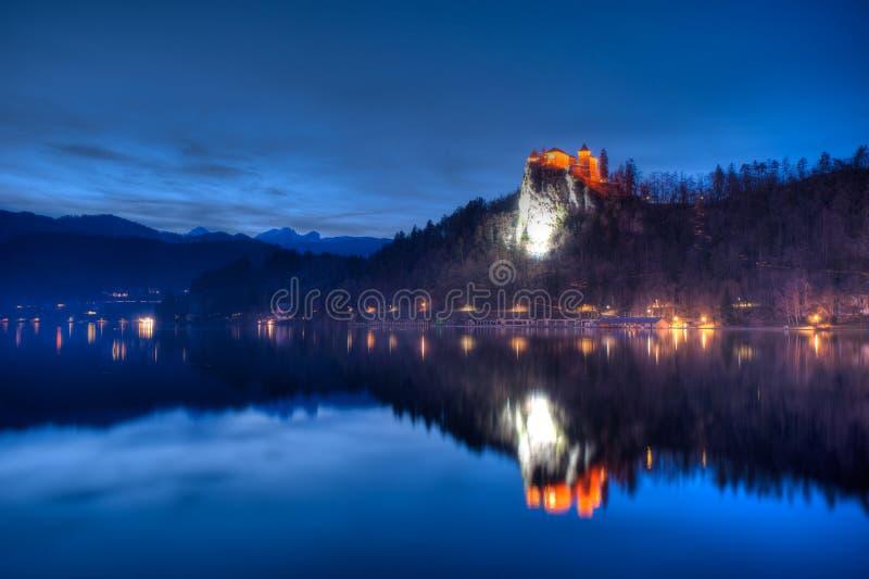 Jezioro Krwawił widok na kasztelu przy nocą w Slovenia fotografia stock