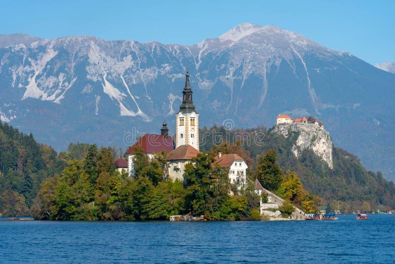 Jezioro Krwawił wyspę z górami w tle fotografia royalty free