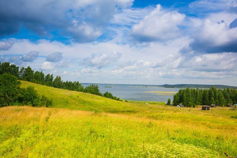 Jezioro, las, pole, duże chmury obrazy stock