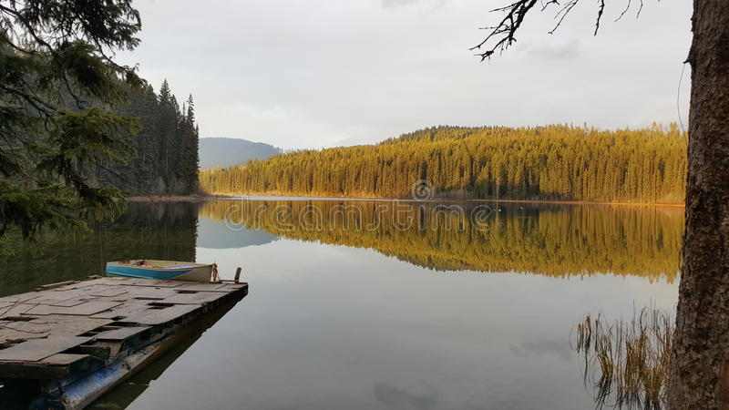 Jezioro na pięknym dniu obrazy royalty free