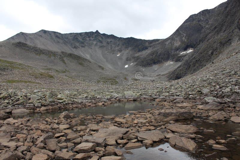 Jezioro na wierzchołku góra Blisko Trollstigen, Norwegia zdjęcia stock