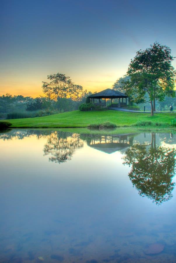 jezioro nad spokojną wschodem słońca obraz royalty free