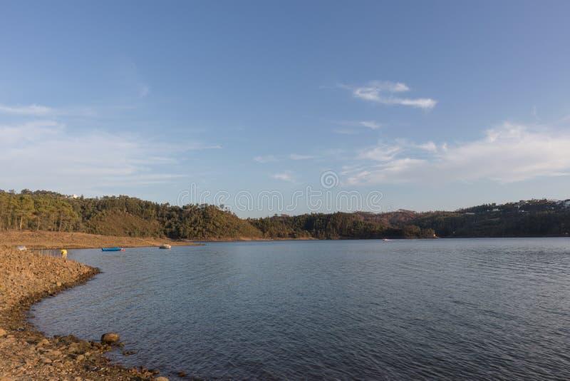 Jezioro od serra de tomar z łodziami obraz royalty free