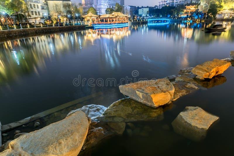 Jezioro pawilonu pawilonu parka noc fotografia stock