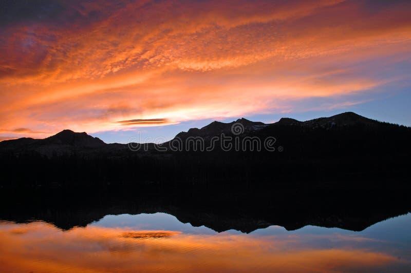 jezioro pożarowe niebo słońca zdjęcie royalty free