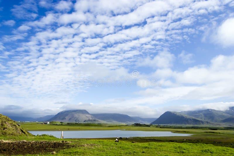 Jezioro przeciw halnemu tłu, Iceland zdjęcia stock