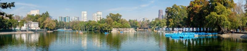 Jezioro przy Chapultepec parkiem w Meksyk fotografia royalty free