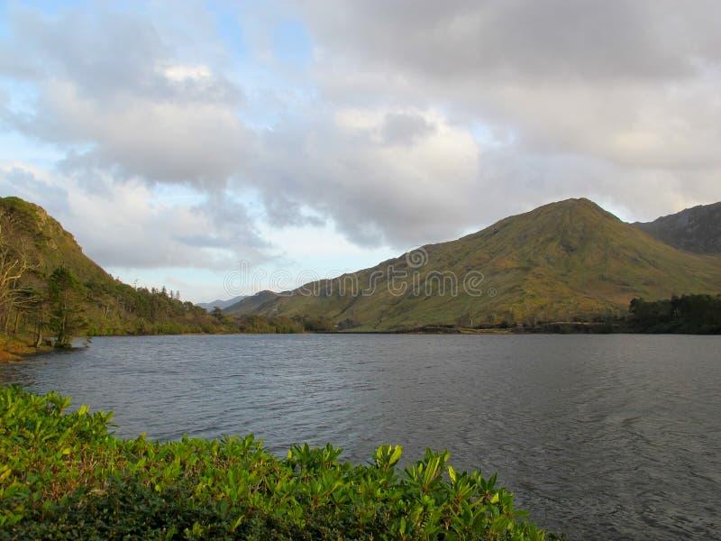 Jezioro przy Kylemore opactwa kasztelem, Connemara, Galway, Irlandia fotografia royalty free