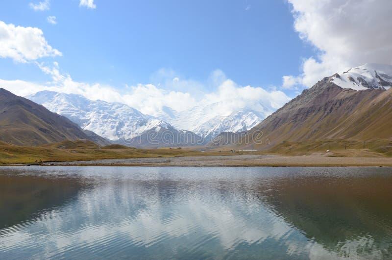 Jezioro przy Lenin szczytu basecamp obraz stock