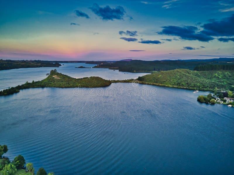 Jezioro przy półmrokiem obraz stock