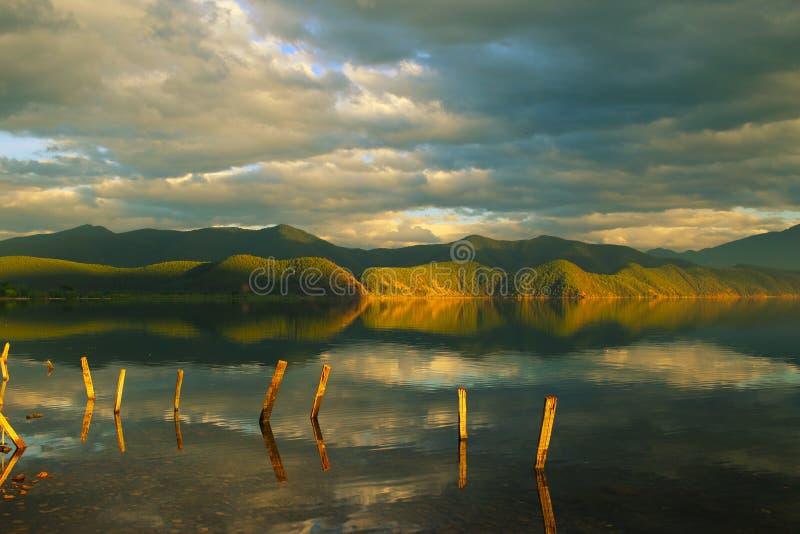Jezioro przy zmierzchem zdjęcie royalty free