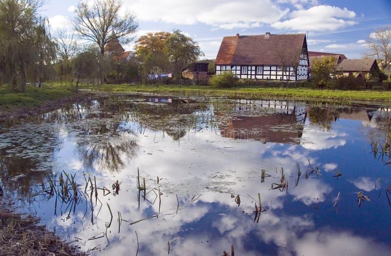 jezioro stary odzwierciedlenie w domu zdjęcia stock