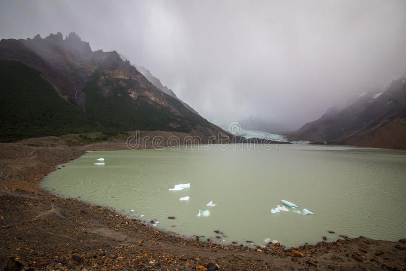 Jezioro wśród mgły i gór Shevelev fotografia stock