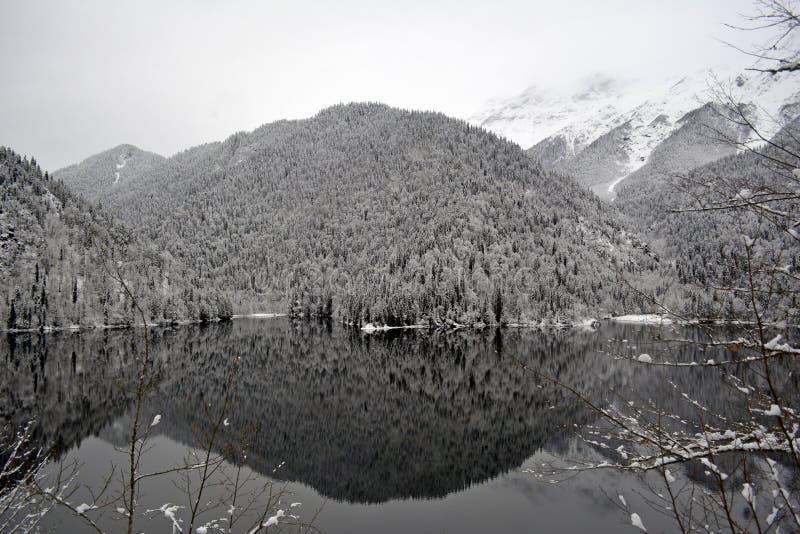Jezioro w śnieżnych górach zdjęcia royalty free