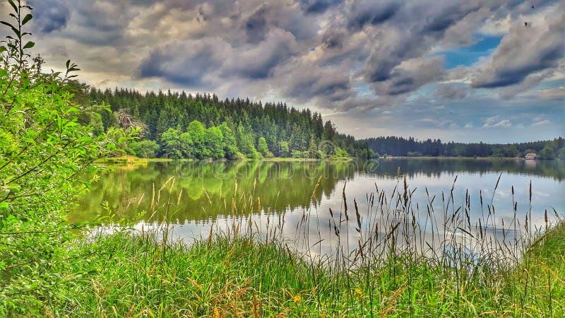 Jezioro w średniogórzach fotografia royalty free