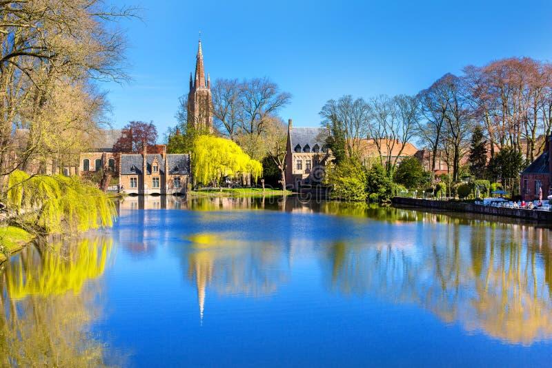 Jezioro w Bruges, Belgia, kościelnego i średniowiecznego domu odbiciu w wodzie, zdjęcie stock