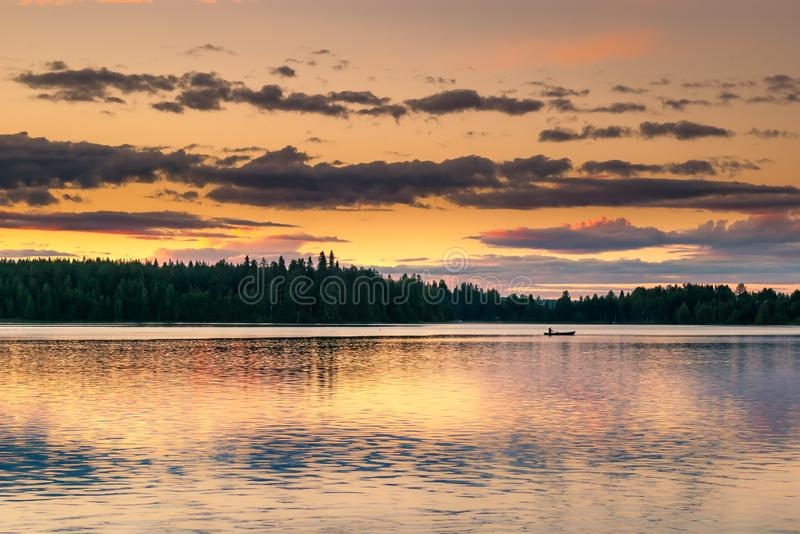 Jezioro w Finlandia podczas północy słońca obrazy royalty free