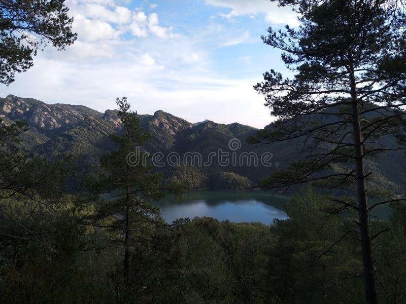 Jezioro w górach otaczać lasem, Hiszpania obraz stock