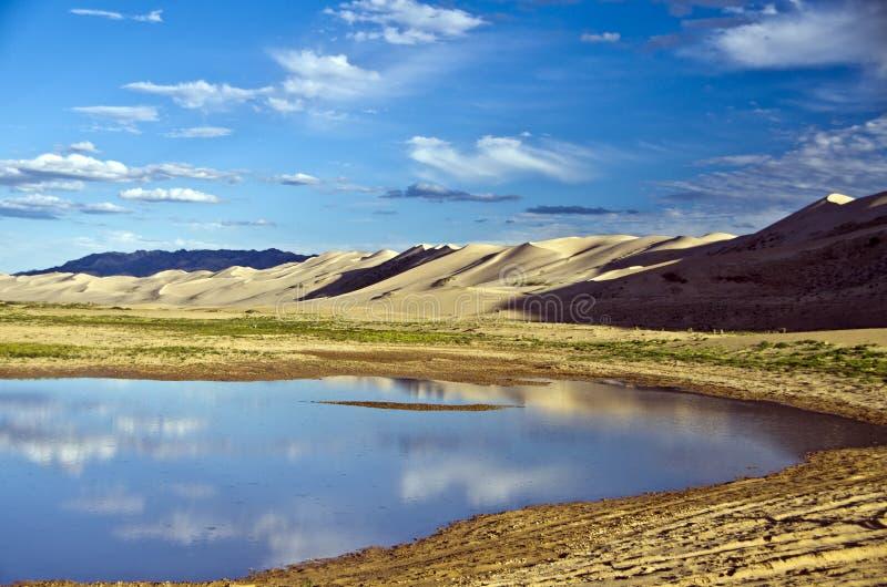 Jezioro w Goby Pustyni, Mongolia obrazy stock