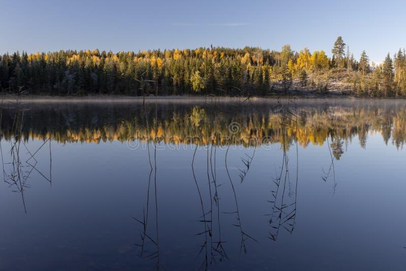 Jezioro w jesieni z spokój wodą i odbicia od nieba, pict zdjęcia stock