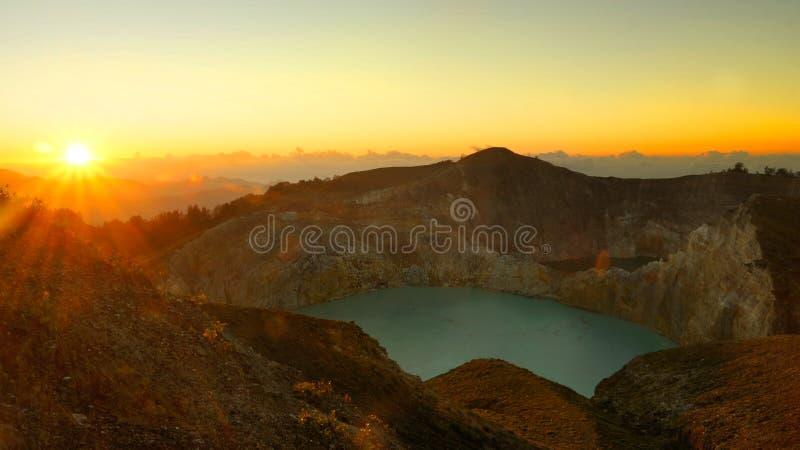Jezioro w Kelimutu wulkanie w Indonezja w ranku przy wschodem słońca fotografia stock