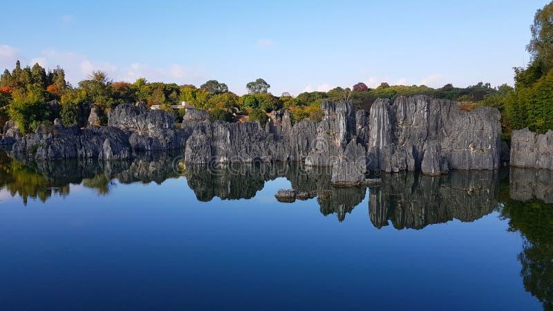 Jezioro w lesie Kamiennym Shilin lub, Yunnan, Chiny obrazy stock