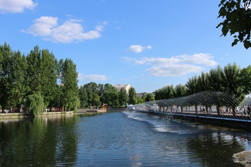 Jezioro w miasto parku w lecie obraz stock