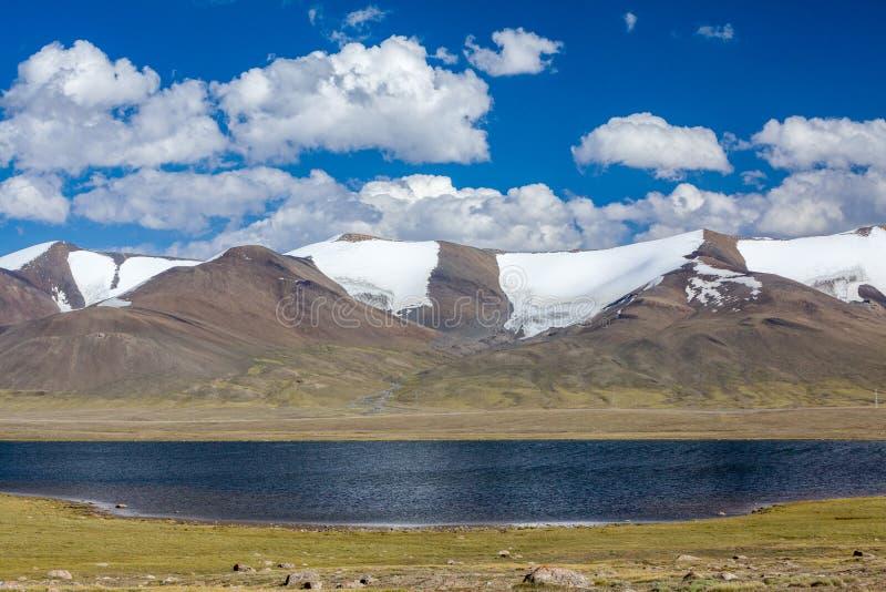 Jezioro w wysokich śnieżnych Tien shanu górach fotografia stock