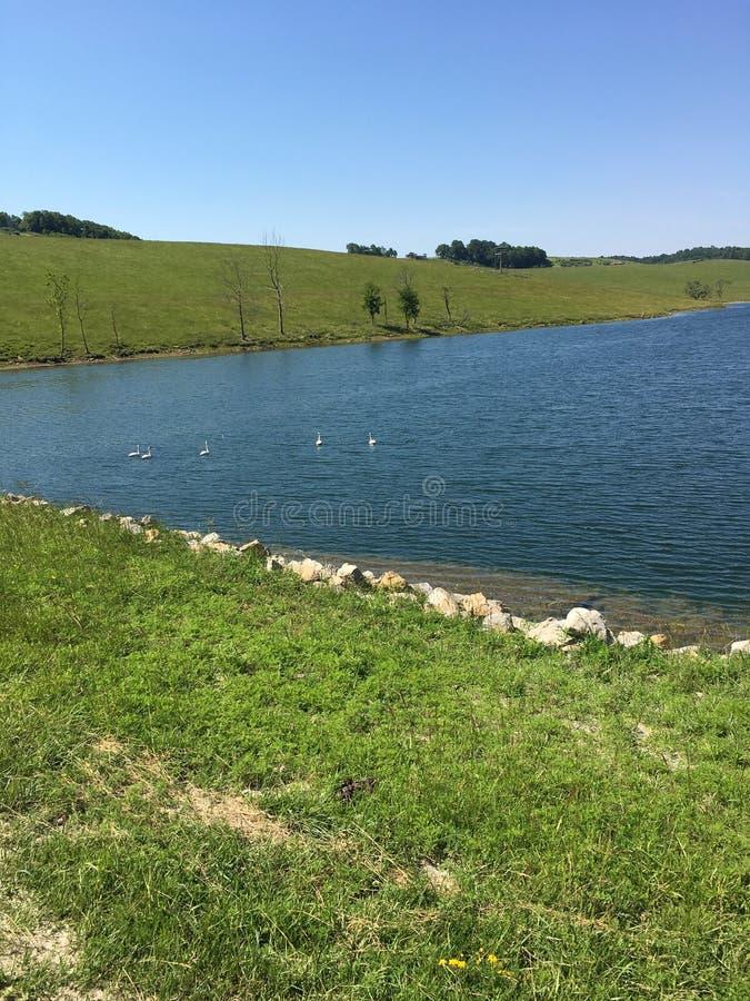 Jezioro w wzgórzach zdjęcia stock