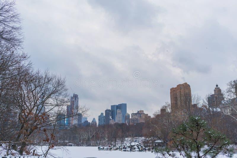 Jezioro w zamarzniętym centrala parku z widokiem miasto w tle, Nowy Jork zdjęcie royalty free