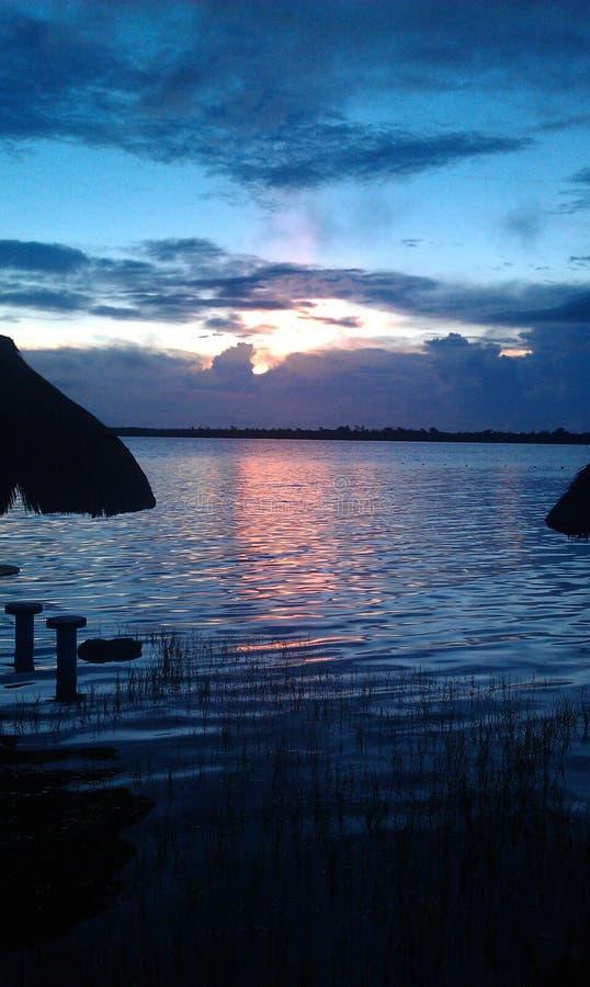 Jezioro w zmierzchu zdjęcia royalty free