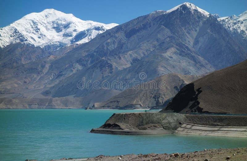 Jezioro z śnieżnymi górami zdjęcia stock