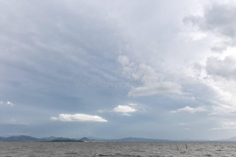 Jezioro z bielem bardzo chmurnieje nad wyspą zdjęcie stock